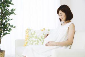 ソファーでくつろぐ妊婦